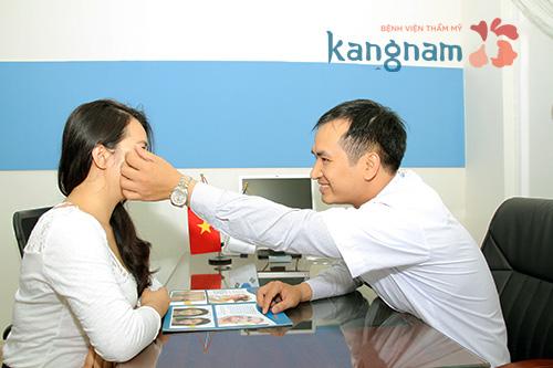 Bác sĩ tư vấn và thăm khám cho khách hàng điều trị mụn bọc