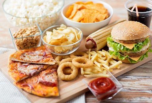 Hạn chế ăn món nhiều dầu mỡ giúp tránh xa mụn nhọt ở nách